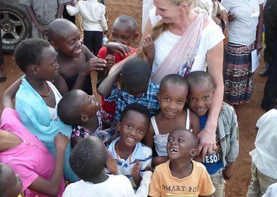 Georgine met kinderen uit Rwanda
