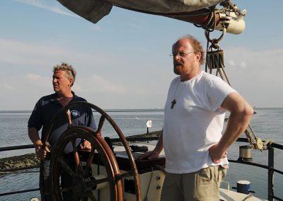 Koos achter stuur Noorderlicht met kapitein