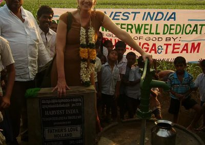 Georgine bij waterput in India