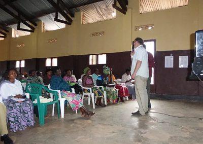 Koos spreekt voor groep in Uganda