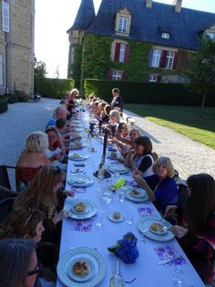 Lange tafel diner met gasten