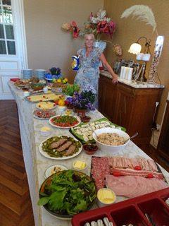 Tafel met eten en kasteelvrouwe Georgine