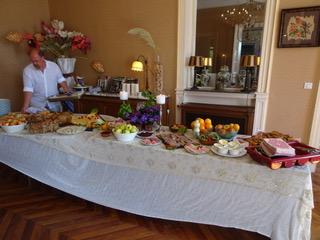 Tafel met eten en kasteelheer Koos